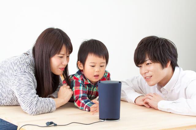 小さいお子さんがいる家族でのスマートスピーカーの利用シーン画像